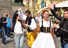 Tjeckiskt folk i traditionell dräktdans Fotografering för Bildbyråer