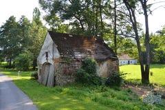 Tjeckiskt landskap, gammal ladugård Arkivbild