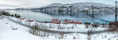 Tjeldsund海峡和rorbuer,挪威 库存图片