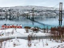 Tjeldsund-Brücke und rorbuer im Winter, Norwegen Lizenzfreie Stockbilder