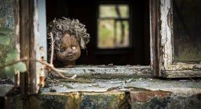Tjernobyl - dockan ser ut ett fönster Fotografering för Bildbyråer