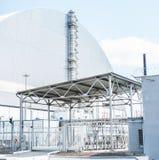 Tjernobyl kärn- station, maktenhet för th 4 med sarkofaget på soligt väder arkivbild