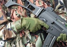 tjäna som soldat vapen Arkivfoto