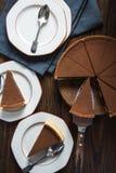 Tjänande som skiva av den hemlagade chokladkakan Fotografering för Bildbyråer