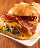 tjänat som openfaced för baconcheeseburger Arkivfoto
