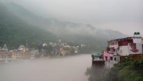 Tjock dimma över Ganges River i Rishikesh Arkivbilder