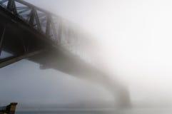 Tjock dimma i morgonen på Sydney Harbour Royaltyfri Foto