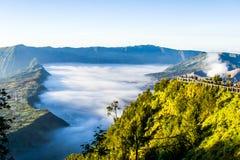 Tjock dimma nära den Bromo vulkan Royaltyfria Bilder