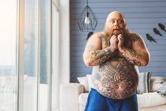 Tjock manlig tjockis som uttrycker hans chock arkivfoto