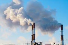Tjock rök som rapar från fabrikslampglas Royaltyfria Bilder