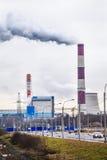 Tjock rök som rapar från fabrikslampglas Royaltyfri Bild