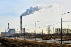 Tjock rök som rapar från fabrikslampglas Arkivfoton