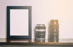 Tjock ram för mellanrumssvartfoto på hylla royaltyfri fotografi