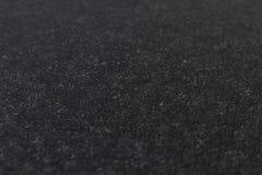 Tjock skiva av den svarta stenen, arbetad granit och borstat med en buse och arkivbilder