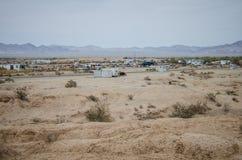 TJOCK SKIVASTAD, CA: Sikt av tjock skivastaden, en laglös gemenskap ut i den Kalifornien öknen med invånare som bor av arkivbild