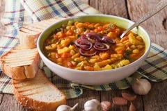 Tjock soppa för Tuscan ribollita med brödslut upp på tabellen Ho royaltyfri bild
