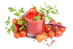 Tjock tomatfruktsaft och tomaten med peppar och saltar Arkivbild