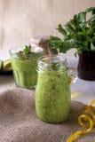 Tjocka näringsrika smoothies, som inkluderar: avokado, äpple, banan, spenat, orange fruktsaft, honung, linfrö, mintkaramell och o arkivfoton