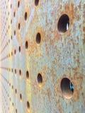 Tjocka Rusty Metal Plate med hål Arkivbild