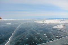 Tjockt mörkt - blå is på den djupfrysta sjön royaltyfria foton