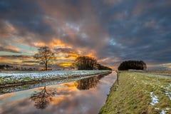 Tjonger-Flusskanal in der Winterlandschaft Lizenzfreie Stockfotografie