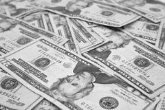 Tjugo amerikanska dollar räkningar på en tabell Arkivbilder