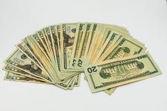 Tjugo amerikanska dollar räkningar på en vit bakgrund Arkivbilder