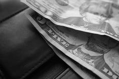 Tjugo & fem dollar Bill On Black Wallet High kvalitet Arkivfoton