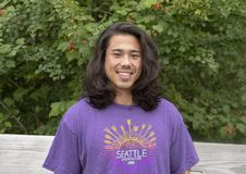 Tjugofem år gammal Amerasian man som poserar på träbron i Washington Park Arboretum, Seattle, Washington royaltyfri foto