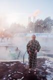 TJUMEN', RUSSIA, il 31 gennaio 2016: L'uomo allo stagno con il therma Immagine Stock Libera da Diritti