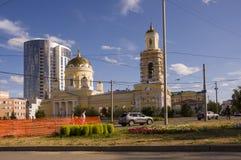 Tjumen', Siberia 1° agosto 2017 Vie della città con le alte case di estate Chiesa viaggiare Fotografia Stock