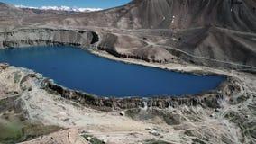 Tjusa den blåa sjön med snowcapped berg lager videofilmer