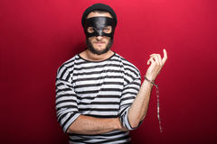 Tjuv som följaktligen arresteras av hans brott Arkivfoton