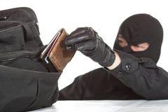 Tjuv som stjäler en plånbok Royaltyfria Bilder