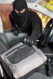 Tjuv som stjäler en bil Arkivfoto