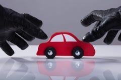 Tjuv Stealing Red Car royaltyfri fotografi