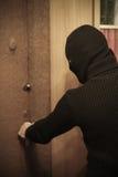 Tjuven i maskering önskar att råna huset Han är beslutsam Stående av gangster Royaltyfri Bild