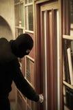 Tjuven i maskering önskar att råna huset Han är beslutsam Stående av gangster Royaltyfri Foto