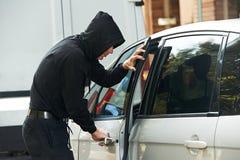 Tjuvinbrottstjuv på att stjäla för bilbil Royaltyfria Bilder