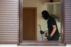 Tjuvinbrottstjuv på husavbrott royaltyfri foto