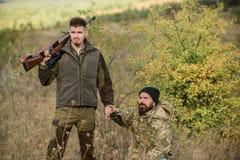Tjuvjaga begrepp Aktivitet för brutala män Brutala tjuvskyttar för jägare Jägaretjuvskyttar som söker efter offret Tjuvskyttar me royaltyfri foto