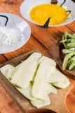 Tjuvjaga den nya rå zucchinin med förvanskat ägg och mjöl arkivfoton