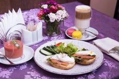 Tjuvjagade ägg, sallad och sött Royaltyfria Bilder