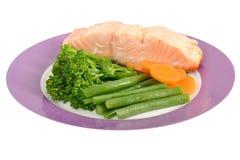 Tjuvjagade Salmon Fillet med ångade grönsaker Arkivbild