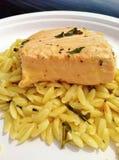 Tjuvjagade Salmon Steak med citronen Orzo Royaltyfria Bilder