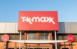 TK Maxx rabattmodeåterförsäljaren shoppar tecknet Arkivfoto