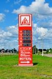 TK-tenir le panneau électronique de société des prix de carburant et d'autres services à la station service sur le chemin à St Pe Photo libre de droits