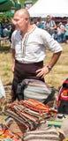 Tkacz z swój tradycyjnymi produktami na folkloru festiwalu Rozhen obraz stock