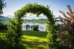 Tkane rośliny tworzy łuk w ogródzie jeziorem Fotografia Royalty Free