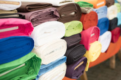 Tkanin rolki - kolorowe tkanin próbki na rynku Obrazy Royalty Free